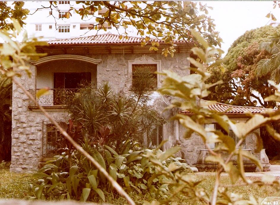 A casa de pedra nos anos 1980, poucos meses antes de ser demolida para dar lugar a um edifício de apartamentos.