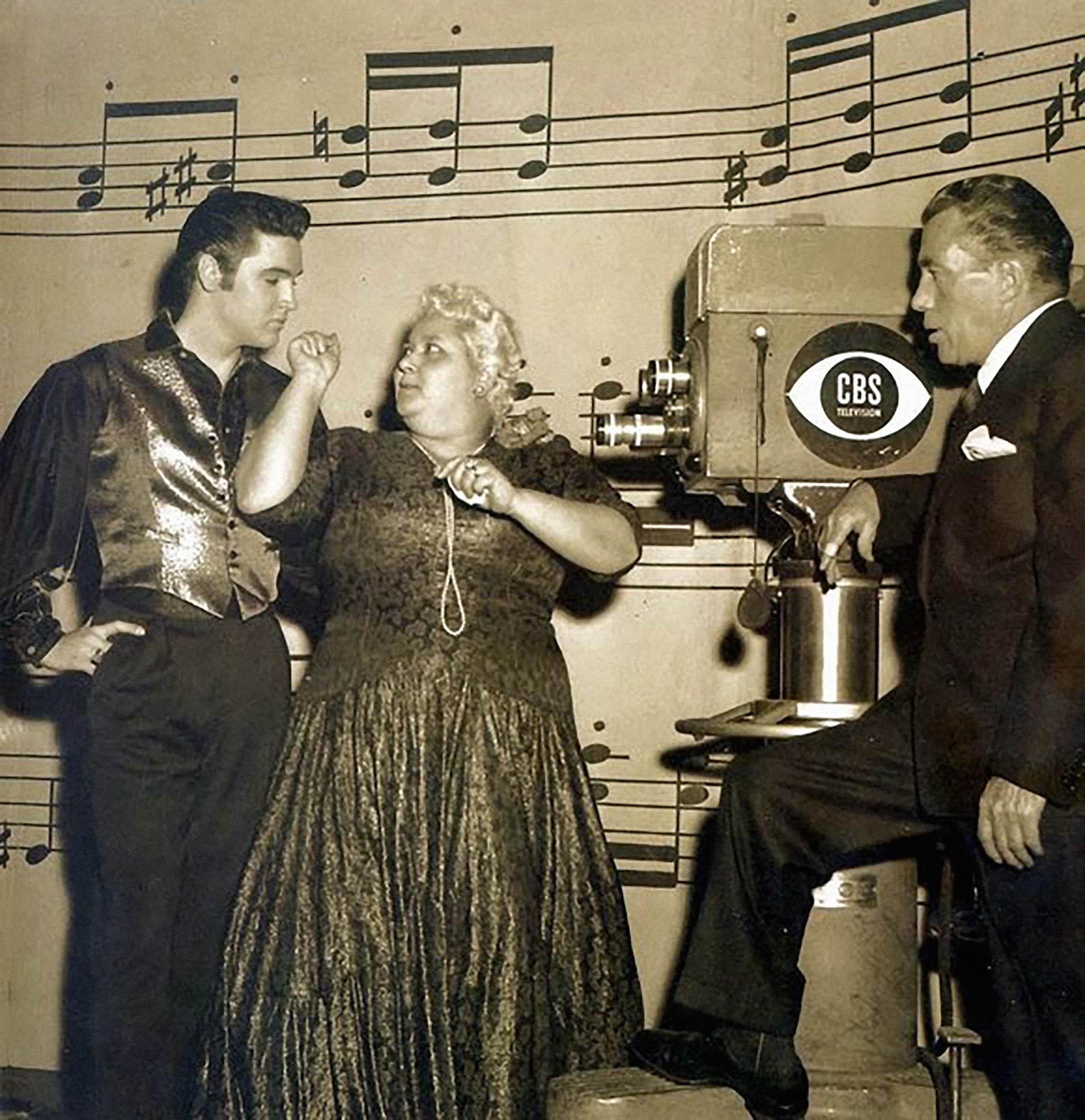 Elvis, Leny e Ed Sullivan: a santista salvou a noite do programa mais badalado dos Estados Unidos.