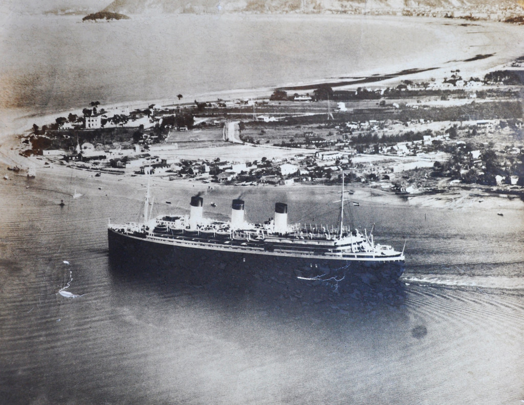 Cap Arcona em uma de suas passagens pelo porto de Santos, em foto tirada por Pedro Peressin, o Barbado, em meados dos anos 1930. Imagem ficou guardada por Ismael como uma relíquia pessoal.