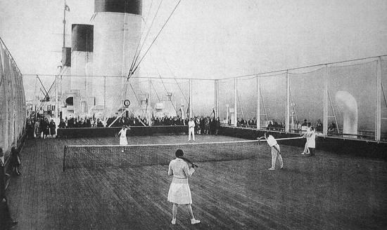 O luxuoso navio tinha até quadra de tênis, uma novidade naqueles tempos.