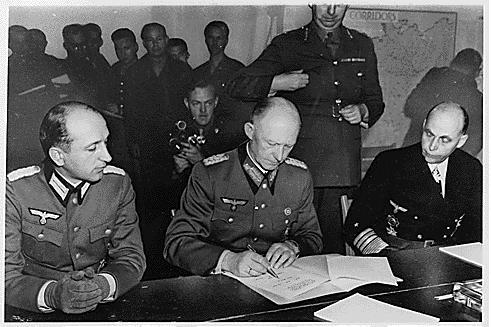 General nazista Alfred Jodl assina a rendição da Alemanha, colocando fim à Segunda Guerra Mundial, em 7 de maio de 1945. Foto: Biblioteca Franklin D. Roosevelt