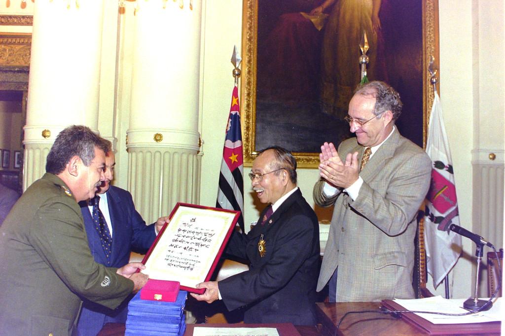 Shinzato recebe, em solenidade ocorrida na Sala Princesa Isabel, o diploma que lhe conferiu o 10º Dan, vindo diretamente do Japão.