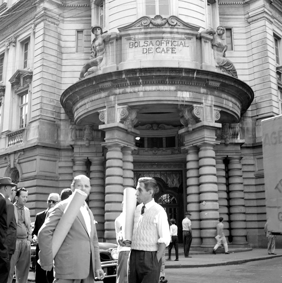 Corretores de café em frente à Bolsa Oficial. Em Junho de 1962.