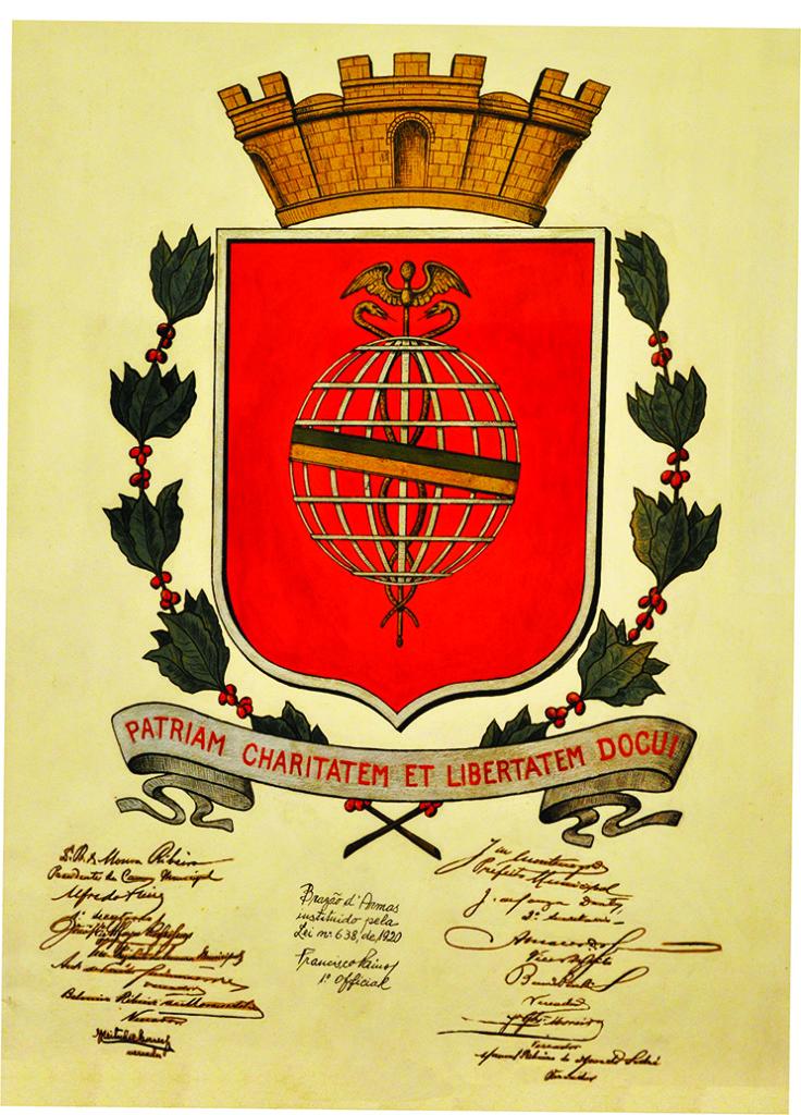 Brasão produzido pelo pintor Benedicto Calixto, oficializado em 1920. Arte original, exposta na Pinacoteca Benedicto Calixto.