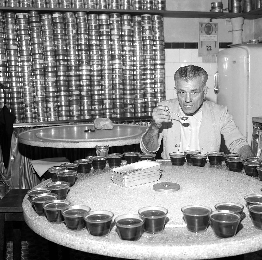 O degustador de café, nas lentes do correspondente da CBS na América Latina em 1962.