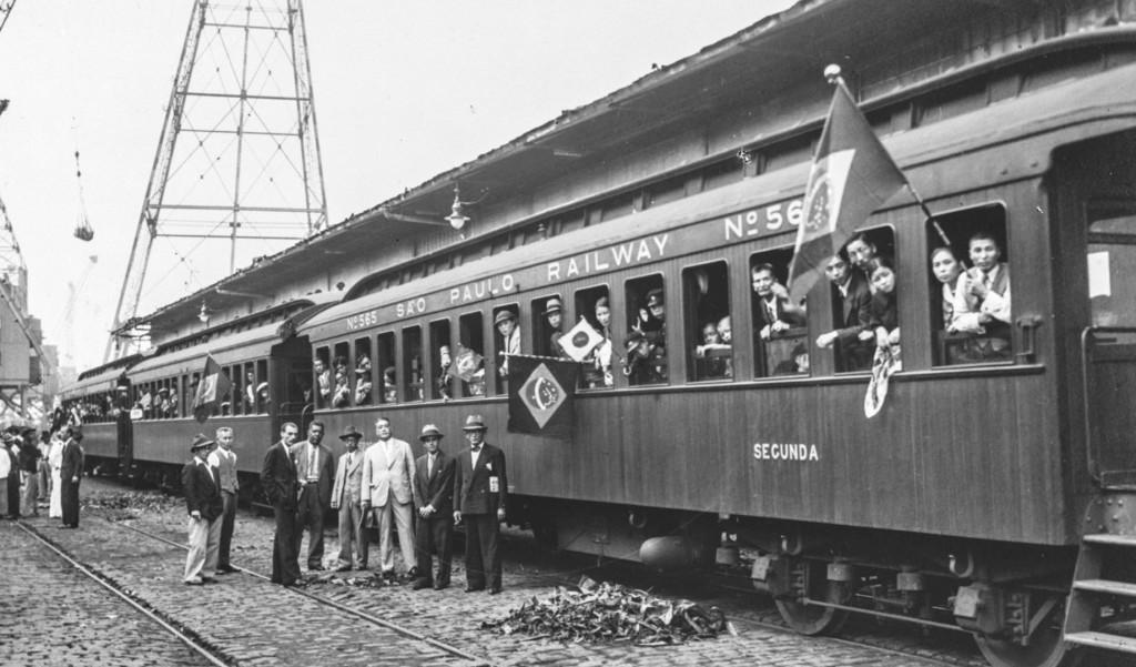 Imigrantes japoneses chegando ao porto de Santos em 1938. Foto de Konrad Voppel.