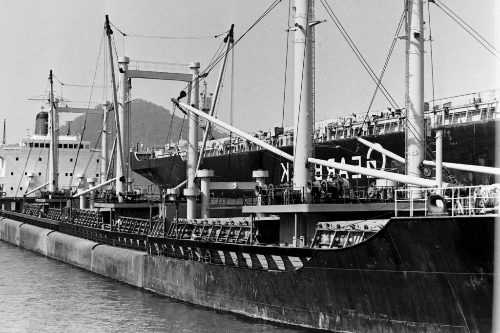 """O navio norueguês """"Kiwi Arrow"""" aliviou a carga do Lorina em 5 mil toneladas."""