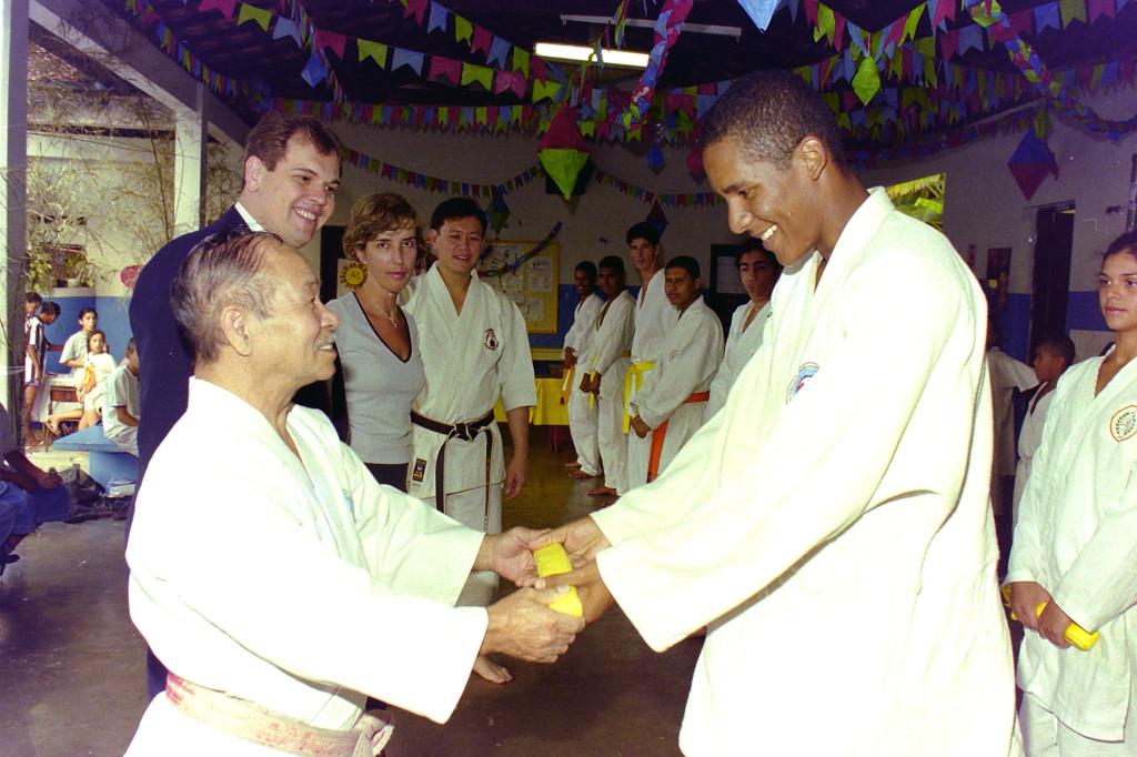 Firme, rígido e muito carinhoso com seus alunos discípulos, Shinzato foi o responsável pela formação de centenas de caratecas em todo o Brasil. O mestre é considerado o maior responsável pela popularização da arte marcial no país.