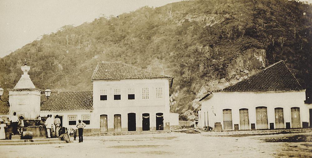 Única foto do primeiro teatro de Santos, tirada de 1865 por Militão Augusto de Azevedo. Imagem mostra também o chafariz do Largo da Coroação.