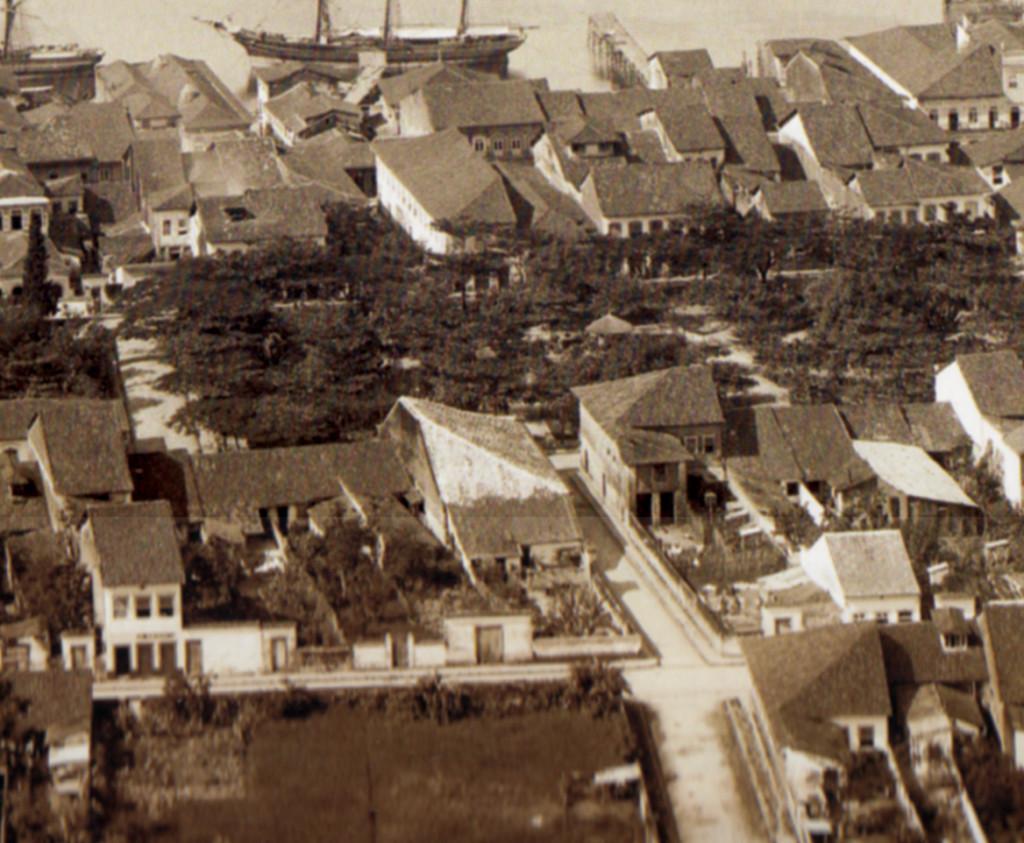 Detalhe da foto de Ferrez. No centro da imagem, o primeiro teatro de Santos. Em 1886, ano da imagem, o prédio voltara a servir de armazém.