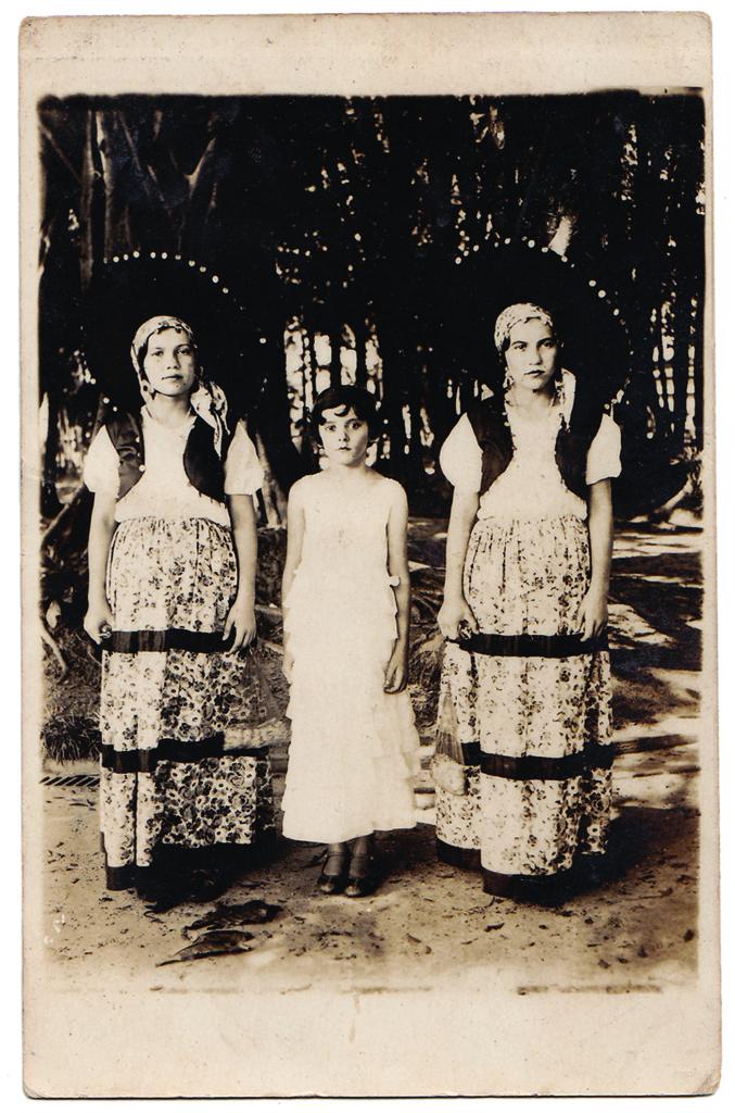 Nas festas de Carnaval, a população santista fazia uso dos lambe-lambes para registrarem suas imagens com fantasias. Caso dessas moças, em foto tirada na Praça dos Andradas no final da década de 1920. As duas maiores eram as irmãs gêmeas Alzira e Elvira (esta, por sinal, avó do colunista do Memória Santista).