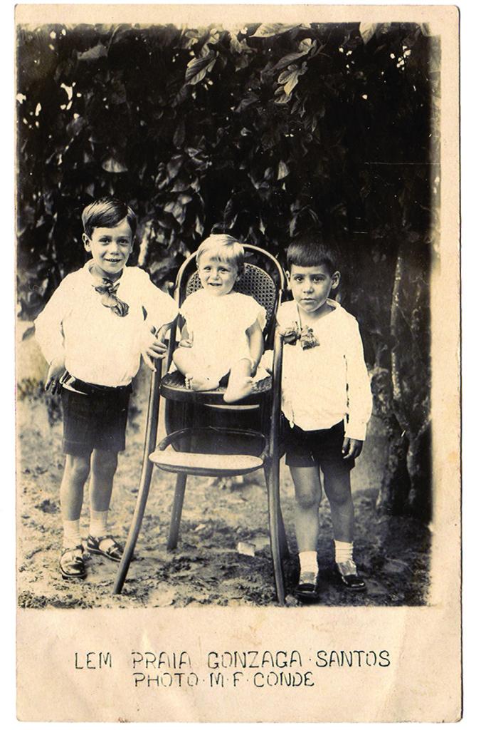 Os populares lambe-lambes registravam as imagens familiares, muitas vezes usadas para envio a parentes distantes, via correio. Muitos deles imprimiam no papel fotográfico as suas marcas, como a Photo Conde, responsável por tirar a fotos desses meninos na praia do Gonzaga, na década de 1920.