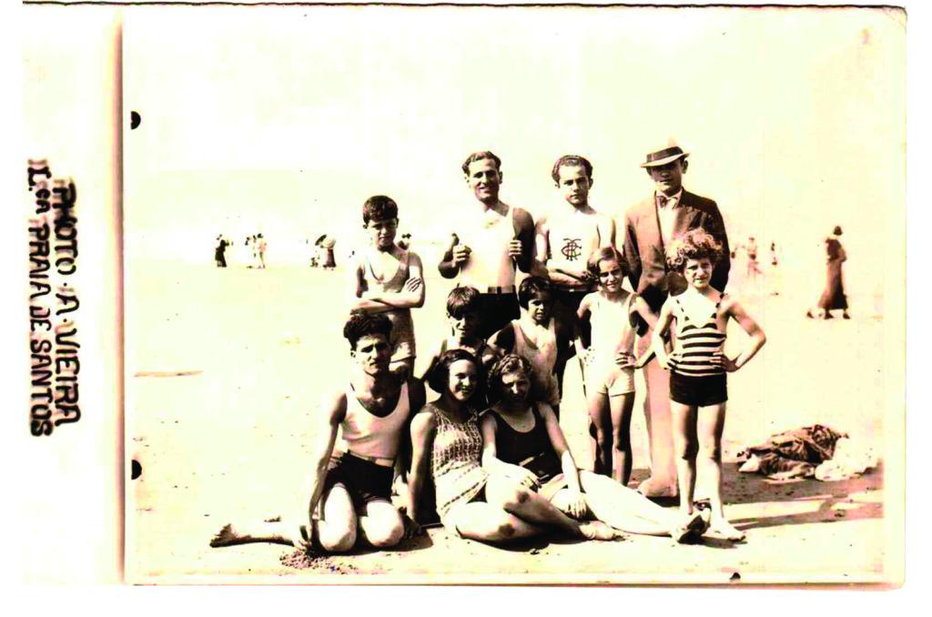 Do final do século 19 até a década de 1960, era bastante comum os turistas em visita a Santos registrarem suas imagens por meio dos lambe-lambes, como esta turma de São Paulo, em foto da década de 1920.