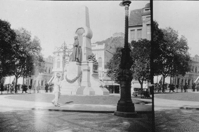 A imagem da Praça Ruy Barbosa e a estátua de Bartolomeu de Gusmão pela lente do inglês James Daerden Holmes, em 1927.