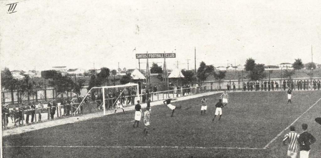 Campo da Vila Belmiro, em julho de 1919, recebendo a partida Santos x Mackenzie, na estreia do time praiano do Paulista daquele ano.