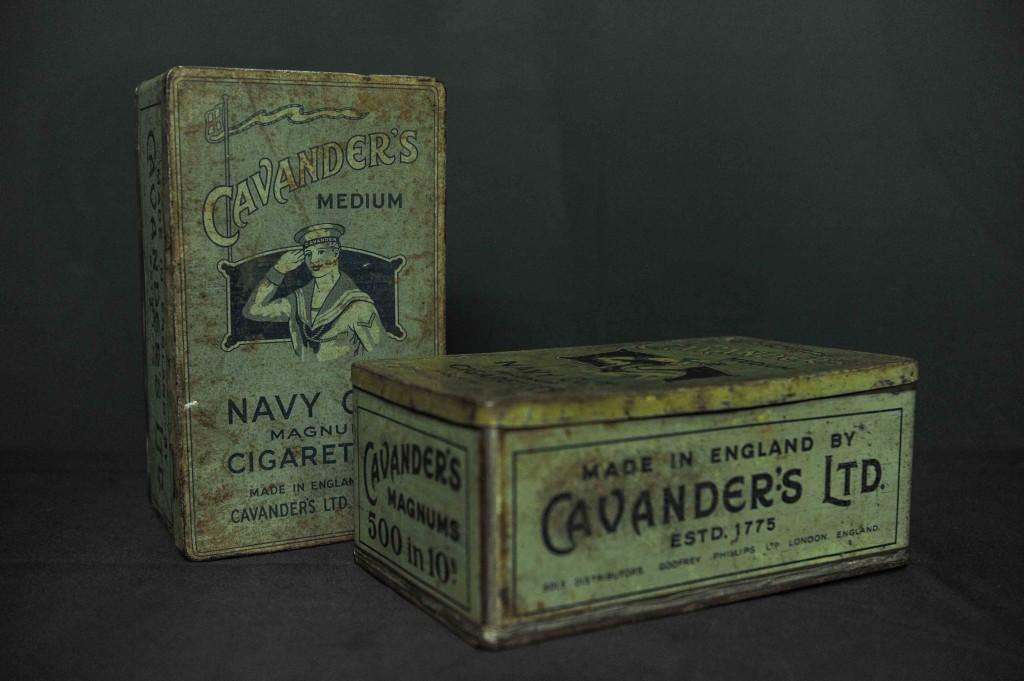 """Os cigarros """"Cavenders"""" vinham acondicionados em latas. Dentro, as fotos eram brindes."""
